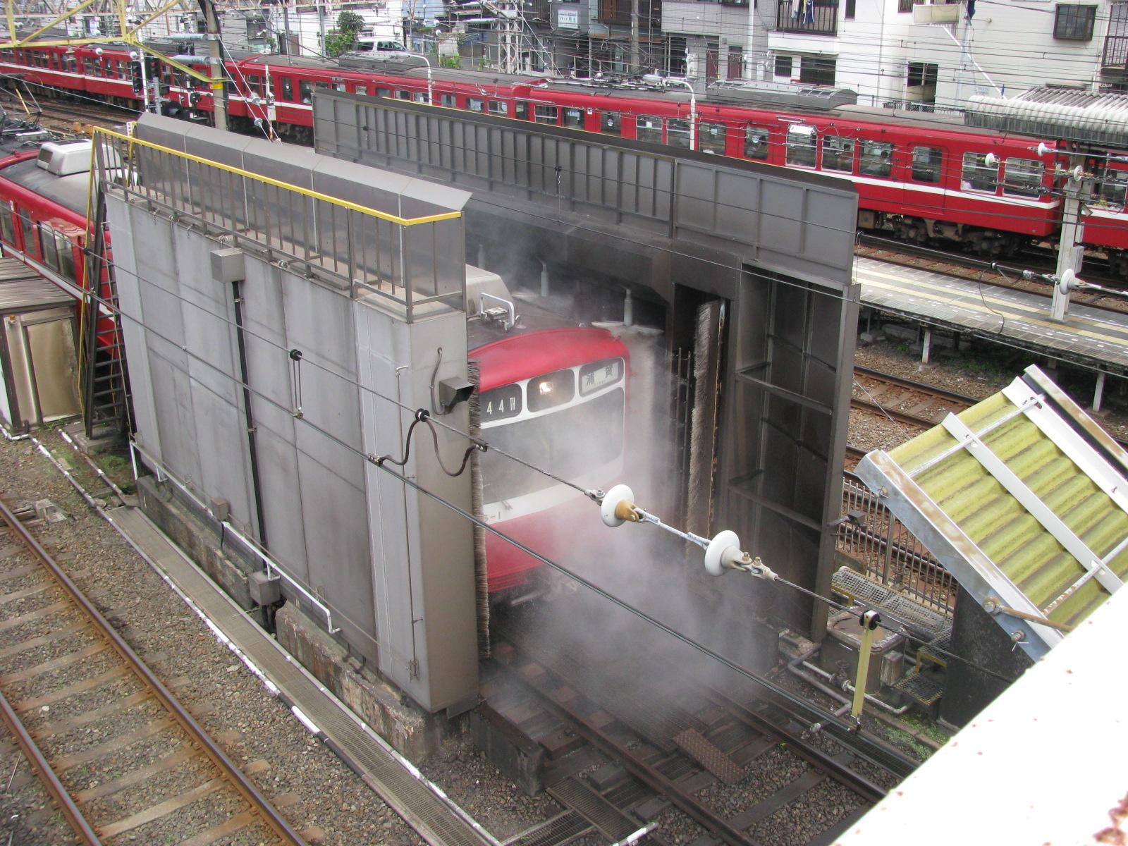 https://upload.wikimedia.org/wikipedia/commons/4/47/Train_washing_machine_01.jpg