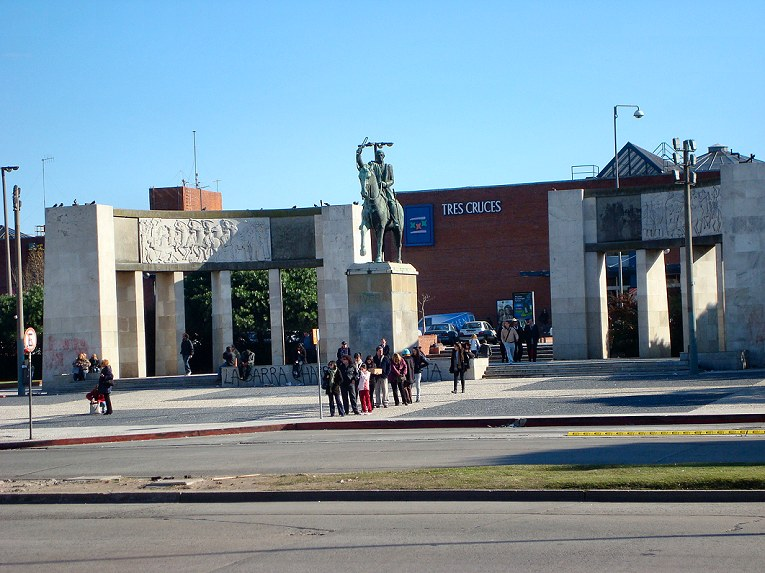 Tres cruces bus station