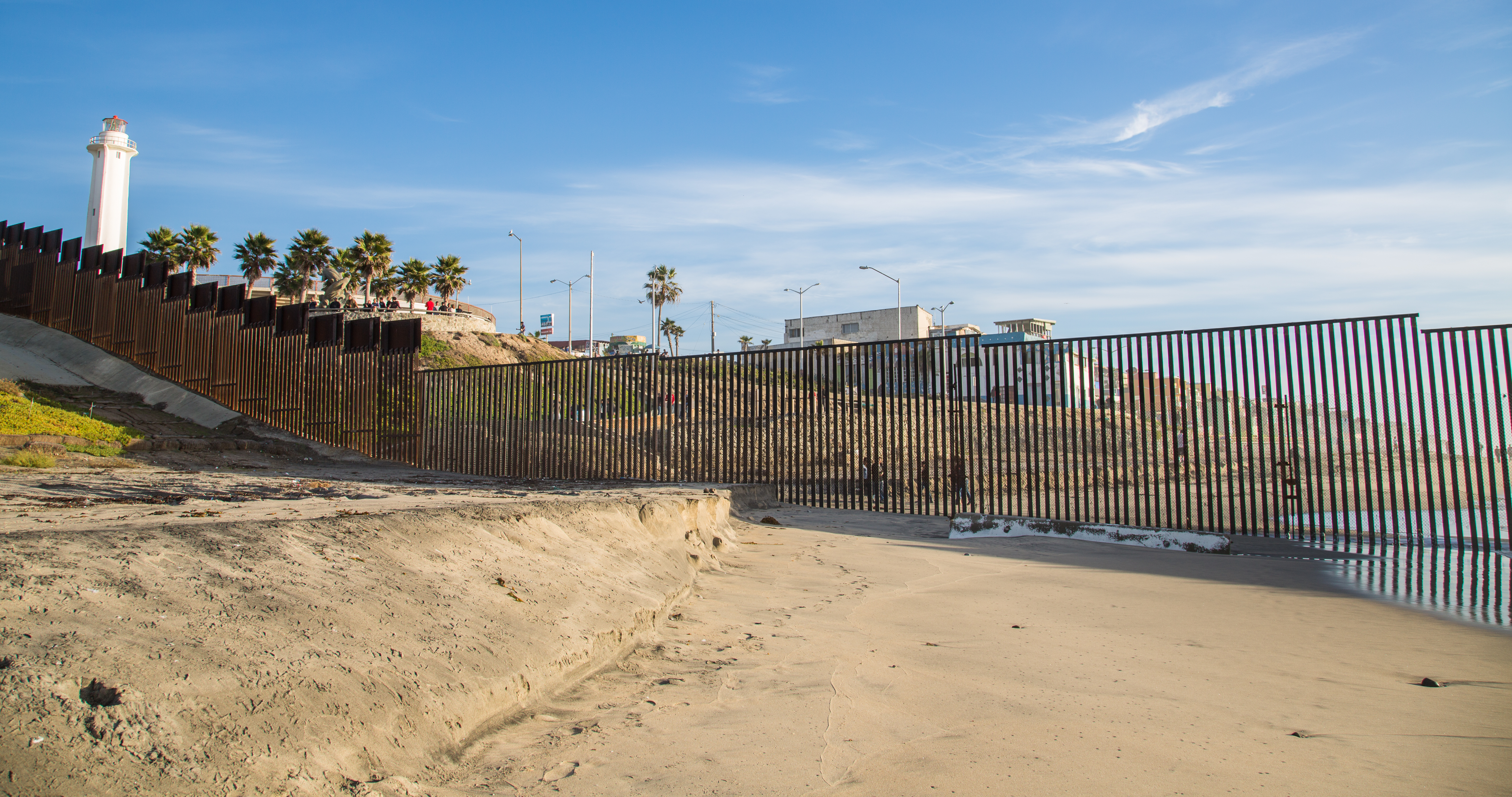 a look at the united states mexico border Trump will visit us-mexico border to tout long-promised wall  to get a  good look at the existing border fence, just go to the san diego.
