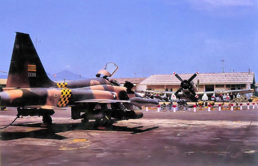 https://upload.wikimedia.org/wikipedia/commons/4/47/VNAF_F-5E_Tiger_II_and_A-1_Skyraider_-_Da_Nang_1973.jpg