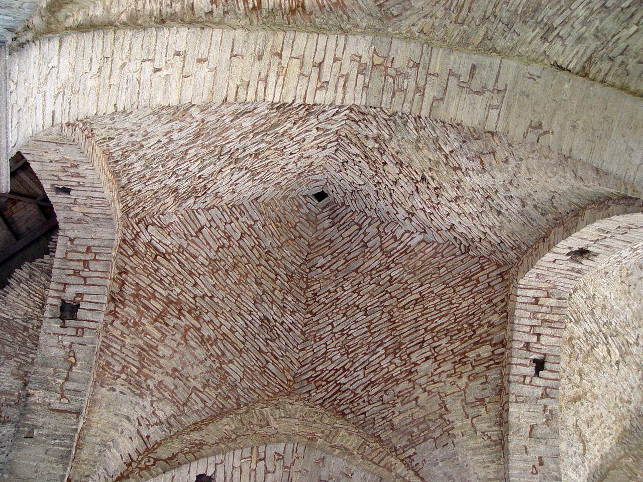 """Antigua bóveda de crucería, construida con lajas de piedra en """"seco"""", sin mortero. Ruinas de San Ni"""