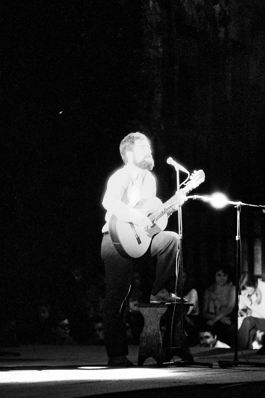 Xabier Lete en un concierto de 1971.