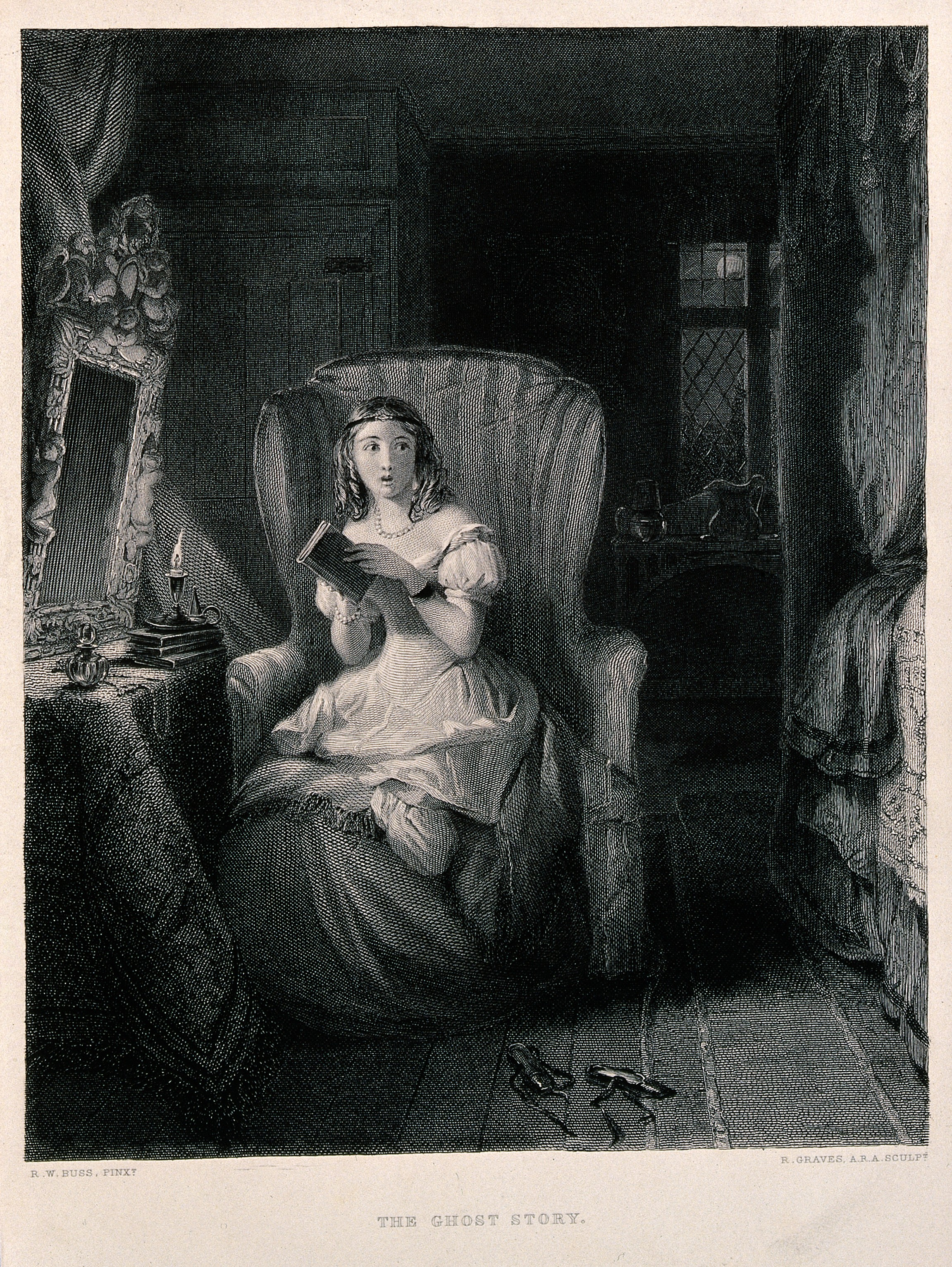 Junge Frau mit einem Buch bei Kerzenschein - sie schaut sich erschrocken nach einem Geist um.