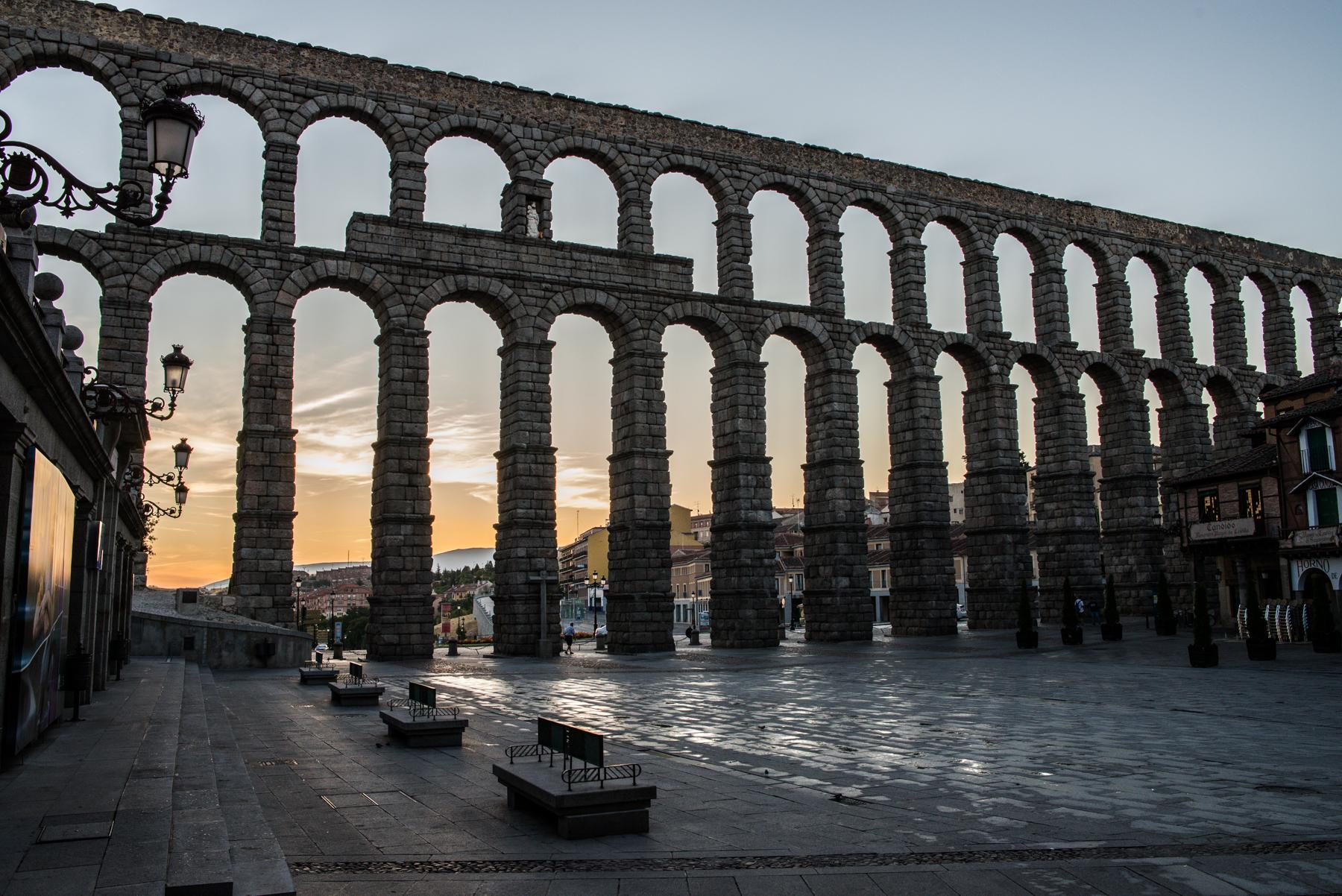 File:Acueducto de Segovia, al amanecer (2).jpg - Wikimedia Commons