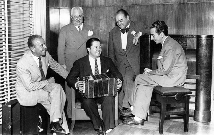 Aníbal Troilo (en el centro, con el bandoneón). Luego, de izquierda a derecha: Osvaldo Fresedo, José Razzano, Francisco Canaro y Enrique Santos Discépolo, en 1944.