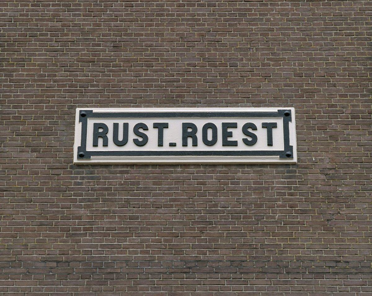 Bestandbord Met Tekst Rust Roest Aan De Voorgevel Veenhuizen