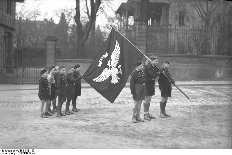 Deutsches Reich Bundesarchiv_Bild_133-149%2C_Worms%2C_Jungvolk_mit_Jungbannfahne
