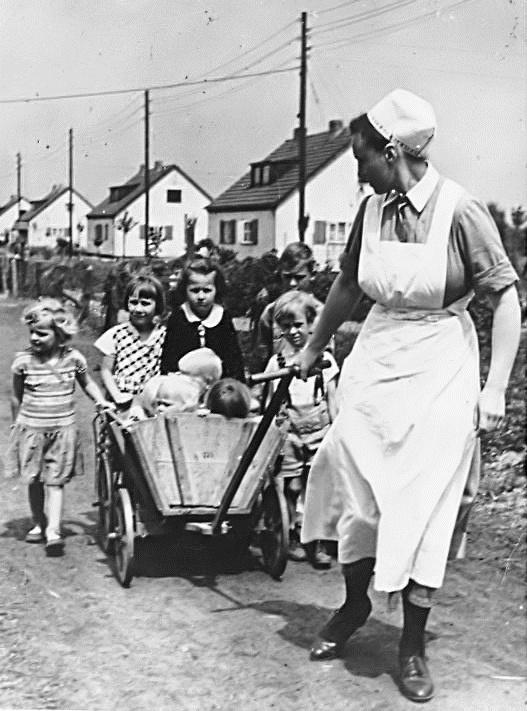 Bundesarchiv Bild 146-2003-0053, NSV-Schwester mit Kindern bei Ausflug.jpg