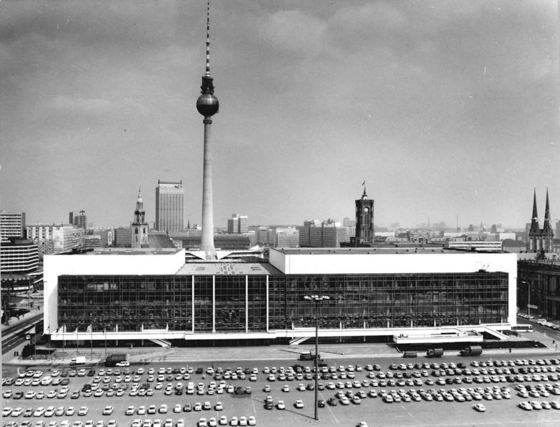 Ansicht Palast der Republik 1986 mit dem Fernsehturm im Hintergrund