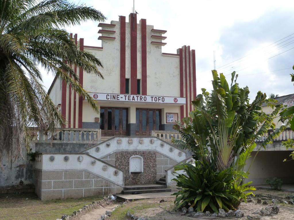 Cine Teatro Tofo in Inhambane (Mozambique).jpg