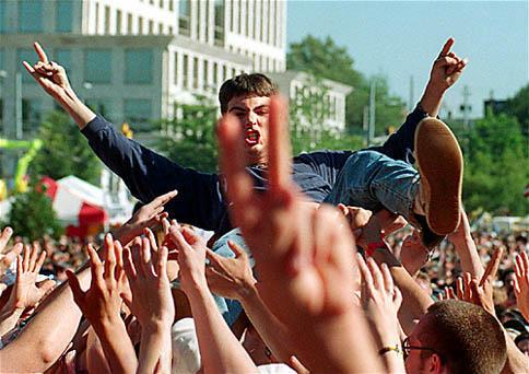 Un adolescent slame (un crowdsurfer) à un concert de rock - © Quibic / Flickr / Wikipédia