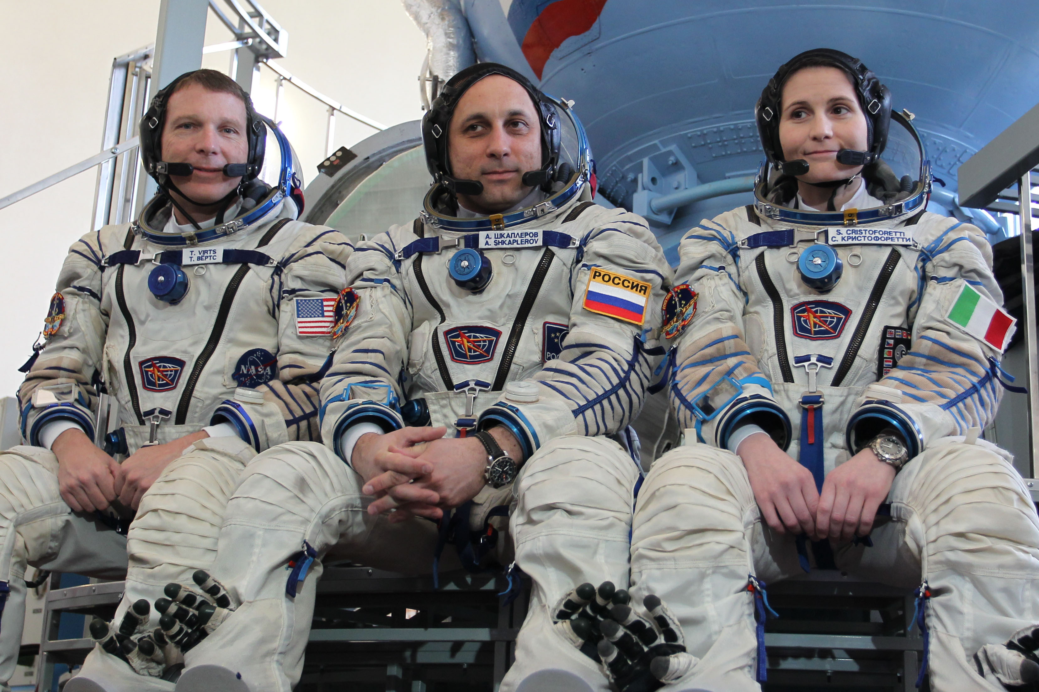 Lancement Soyouz FG / Soyouz TMA-15M - 23 novembre 2014 Expedition_40_backup_crew_members_in_front_of_the_Soyuz_TMA_spacecraft_mock-up_in_Star_City,_Russia