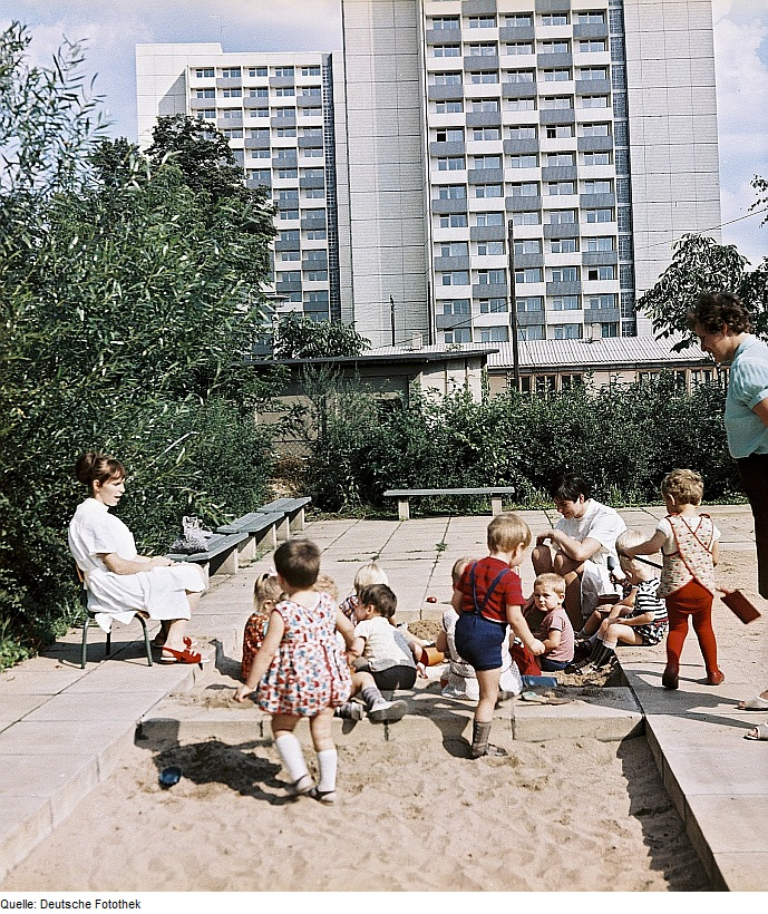 Dresden: Kindergarten vor modernem Wohnhaus 1977 - Quelle: WikiCommons, siehe Artikel unten