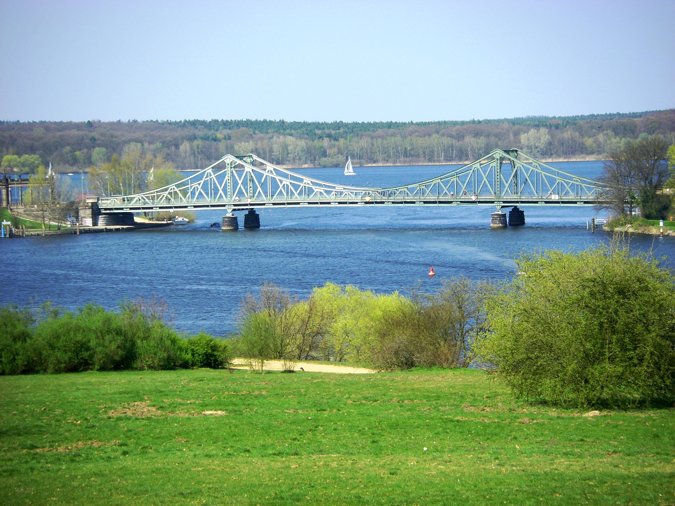 Glienicker Brücke, die Wannsee mit der brandenburgischen Landeshauptstadt Potsdam verbindet.