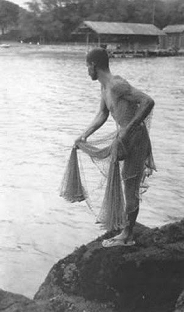 File Hawaiian Fisherman Casting Fishing Net C 1915 Jpg Wikimedia Commons