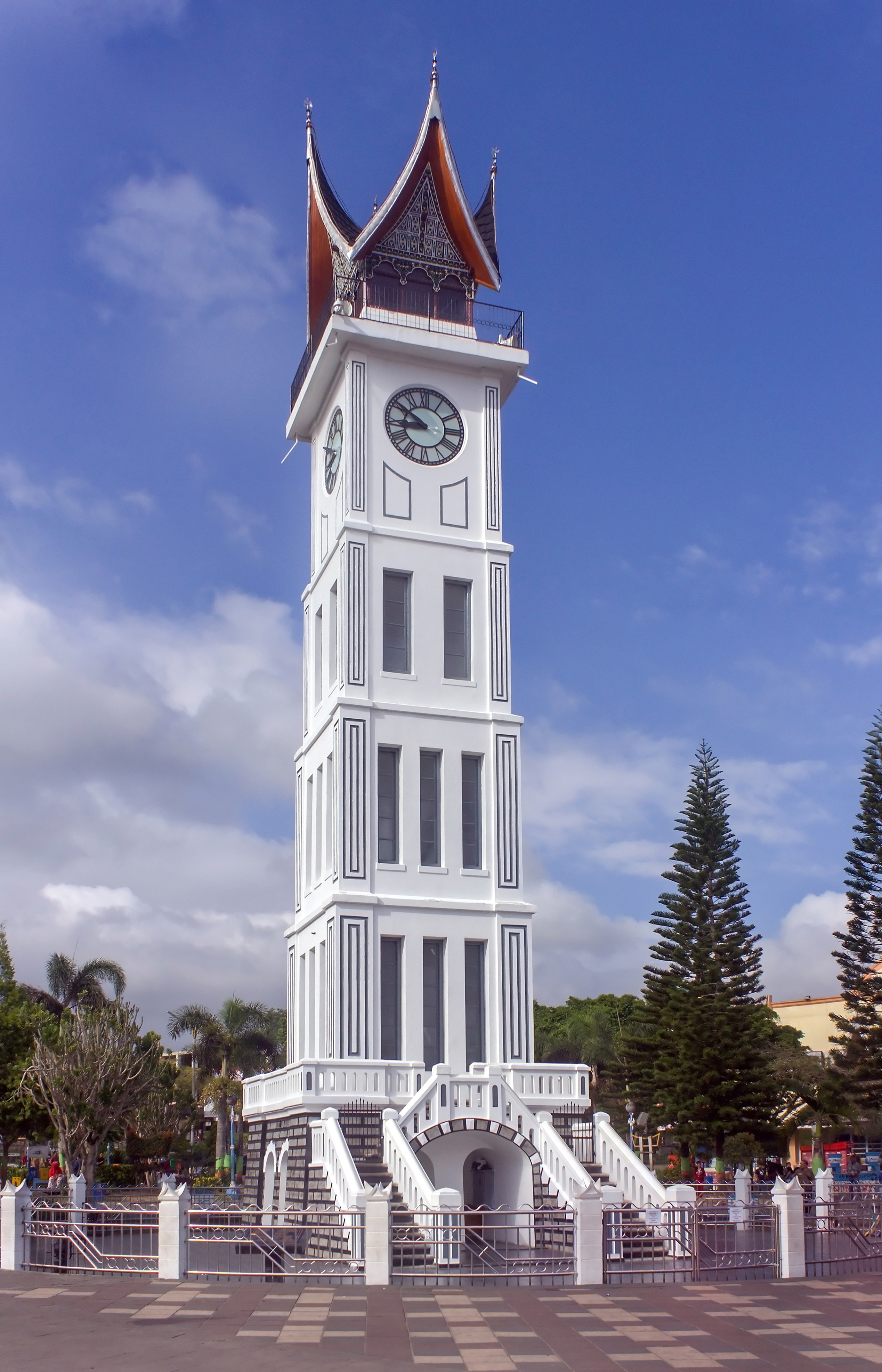 Wikimedia Commons: File:Jam Gadang, Bukittinggi, 2016-02-12 01.jpg