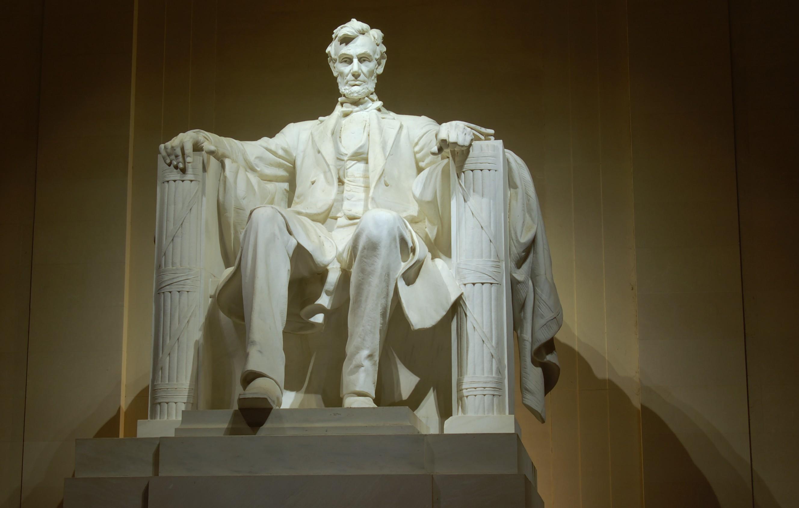 File Lincoln Memorial Interior At Night Jpg Wikimedia