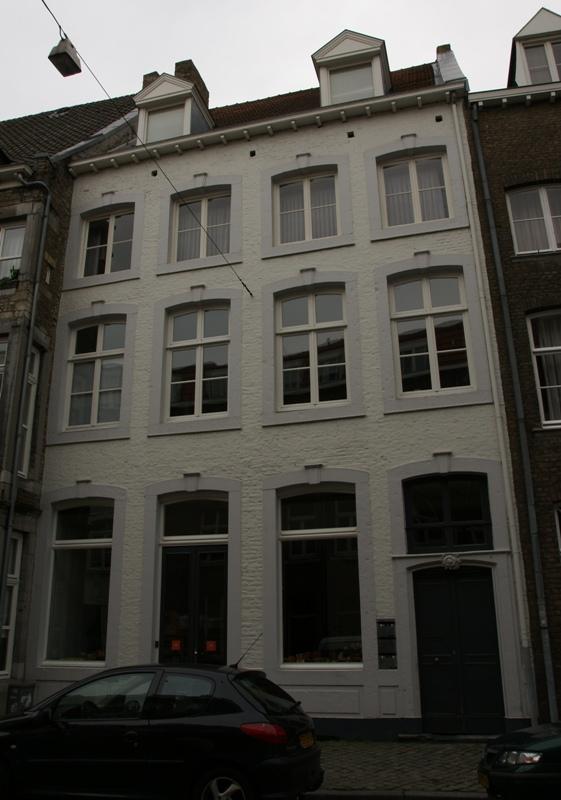 Huis met lijstgevel de ingangsomlijsting in lodewijk xv stijl in maastricht monument - Garderobe stijl van lodewijk xv ...