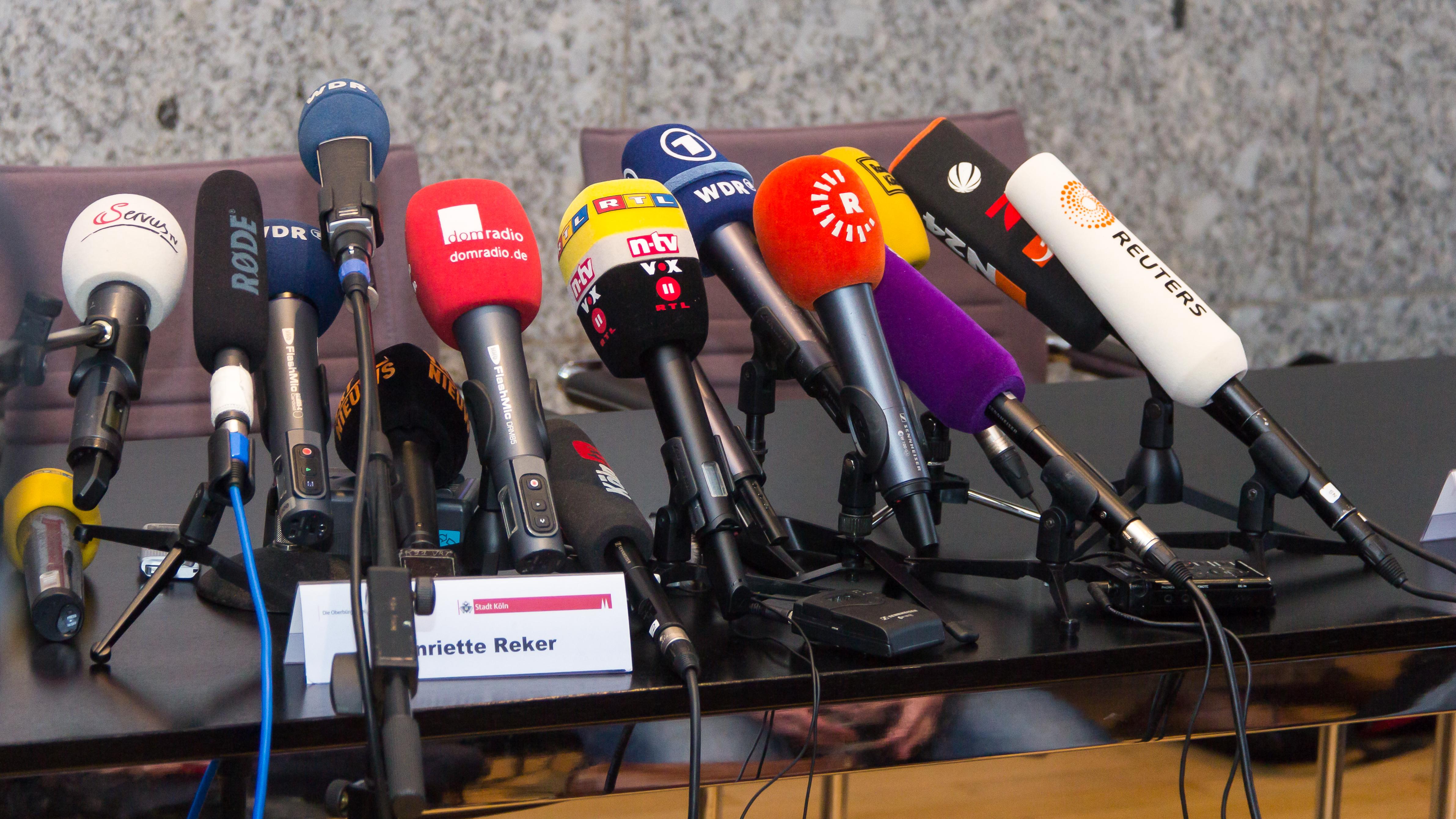 Mikrofone Pressekonferenz: Quelle: WikiCommons