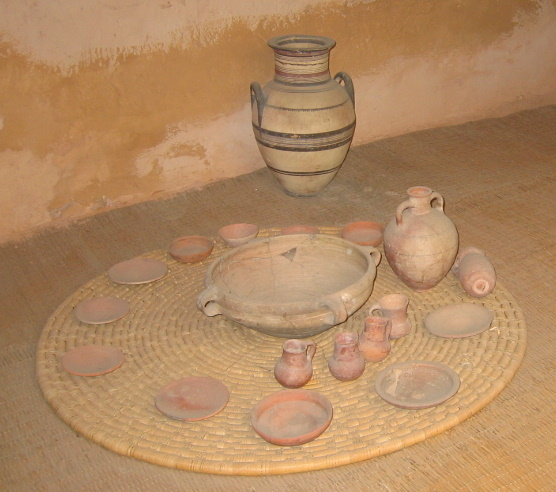 Food dishes, bowls and serving jugs shown in a reconstructed Israelite house. dans immagini Reconstructed_israelite_house%2C_Monarchy_perios