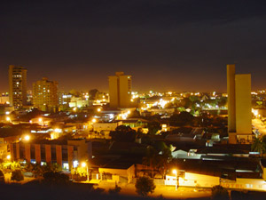 Ficheiro:Rondonopolis a noite.jpg