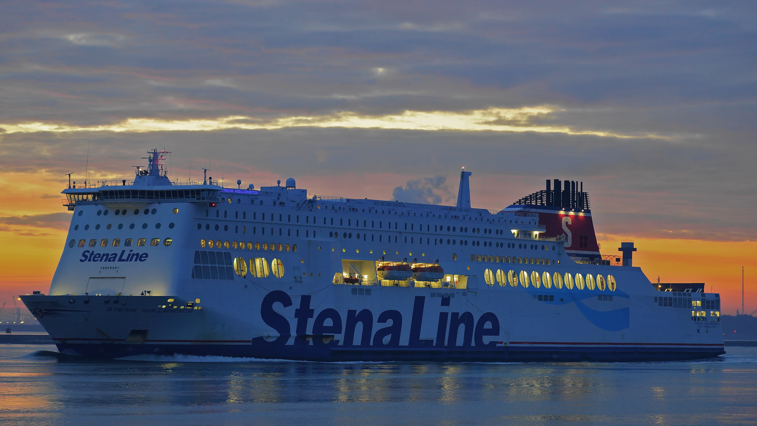 File:Stena Hollandica at Nieuwe Waterweg, 14 12 2016 jpg