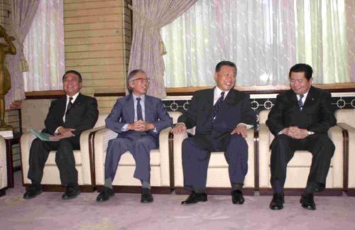 2000年10月18日、総理大臣官邸にて文部大臣大島理森(左端)、内閣総理大臣森喜朗(右から2人目)、内閣官房長官中川秀直(右端)と Wikipediaより