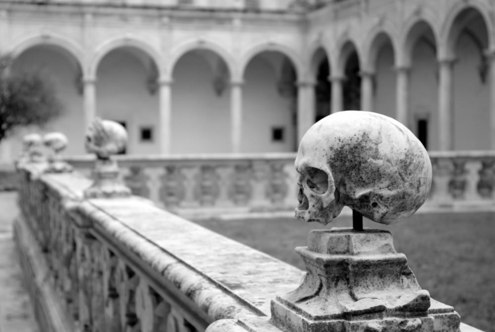 Sculpture de crânes au cimetière des moines à la Chartreuse San Martino sur le Vomero à Naples. Photo Dr.Conati
