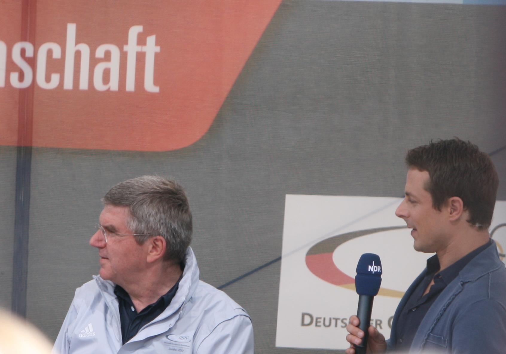 thomas bach und alexander bommes beim empfang der olympioniken 2012 in hamburg - Alexander Bommes Lebenslauf