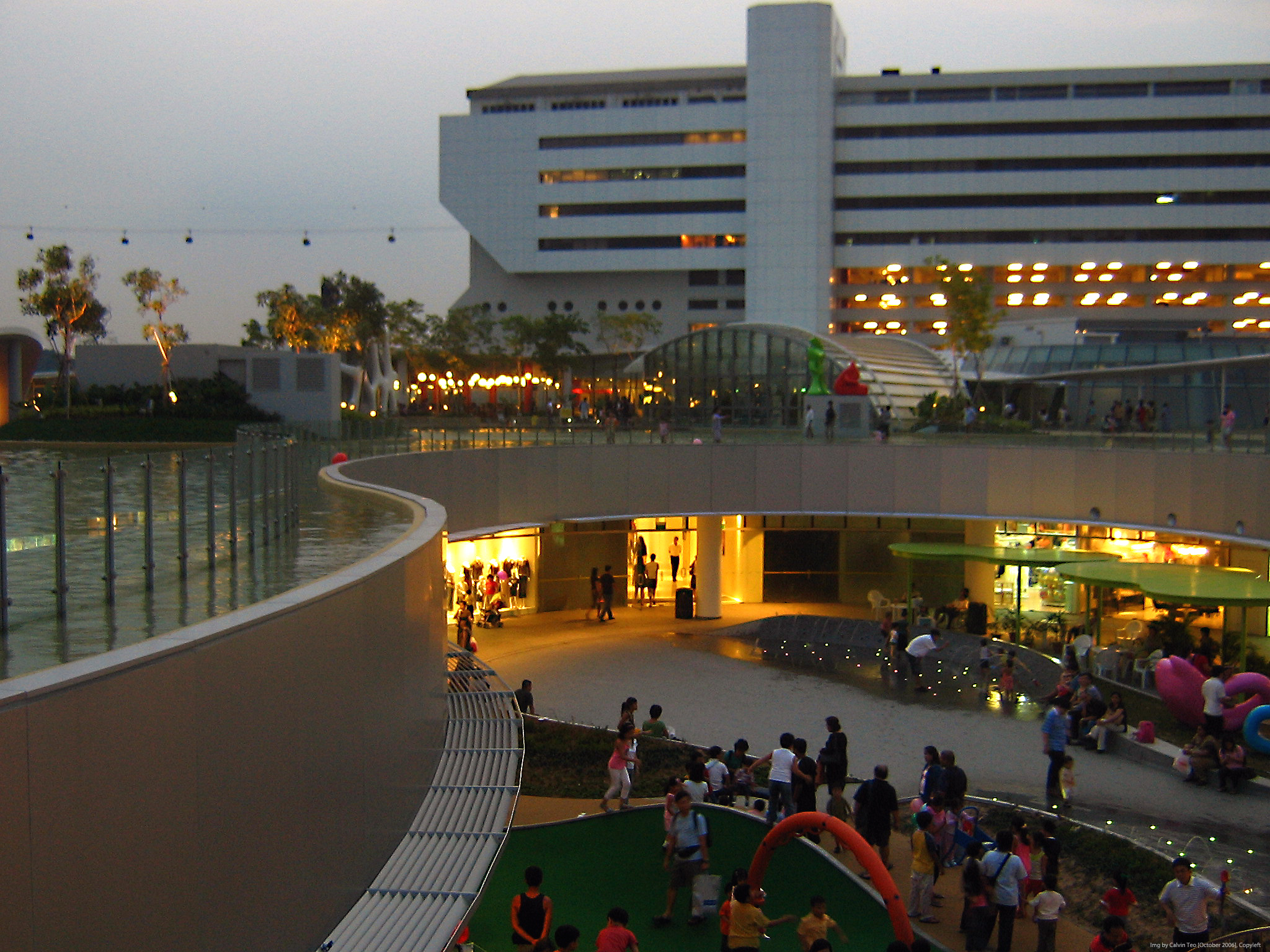 File:Vivocity Roof Garden 13 Evening