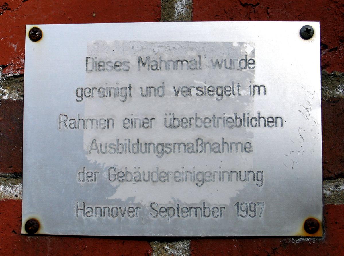 File:1997 Tafel Dieses Mahnmal wurde gereinigt und versiegelt im ...