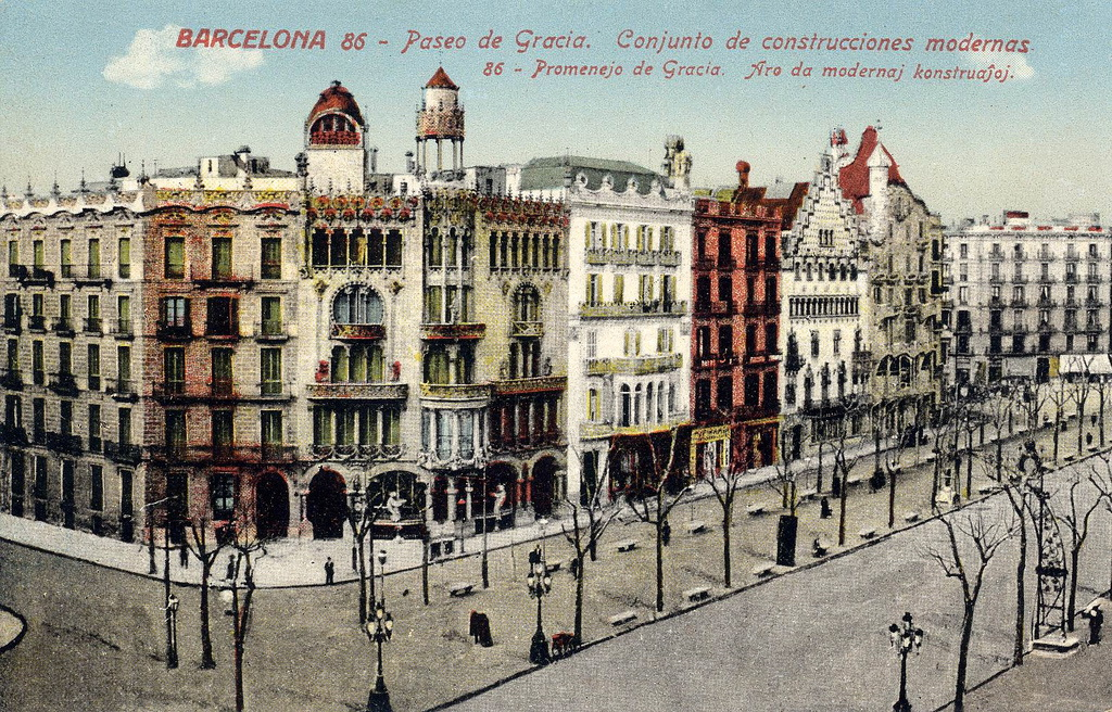 La Casa Batlo sur le Paseo de Gracia à Barcelone avec d'autres constructions modernistes.