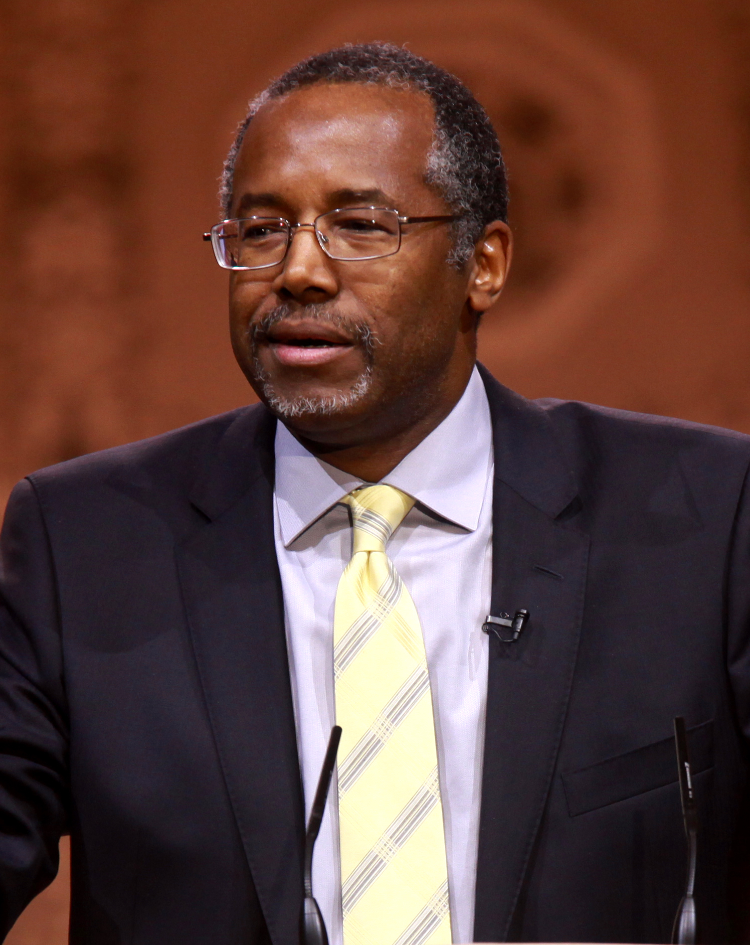 The 66-year old son of father Robert Solomon Carson and mother Sonya Carson, 188 cm tall Ben Carson in 2017 photo