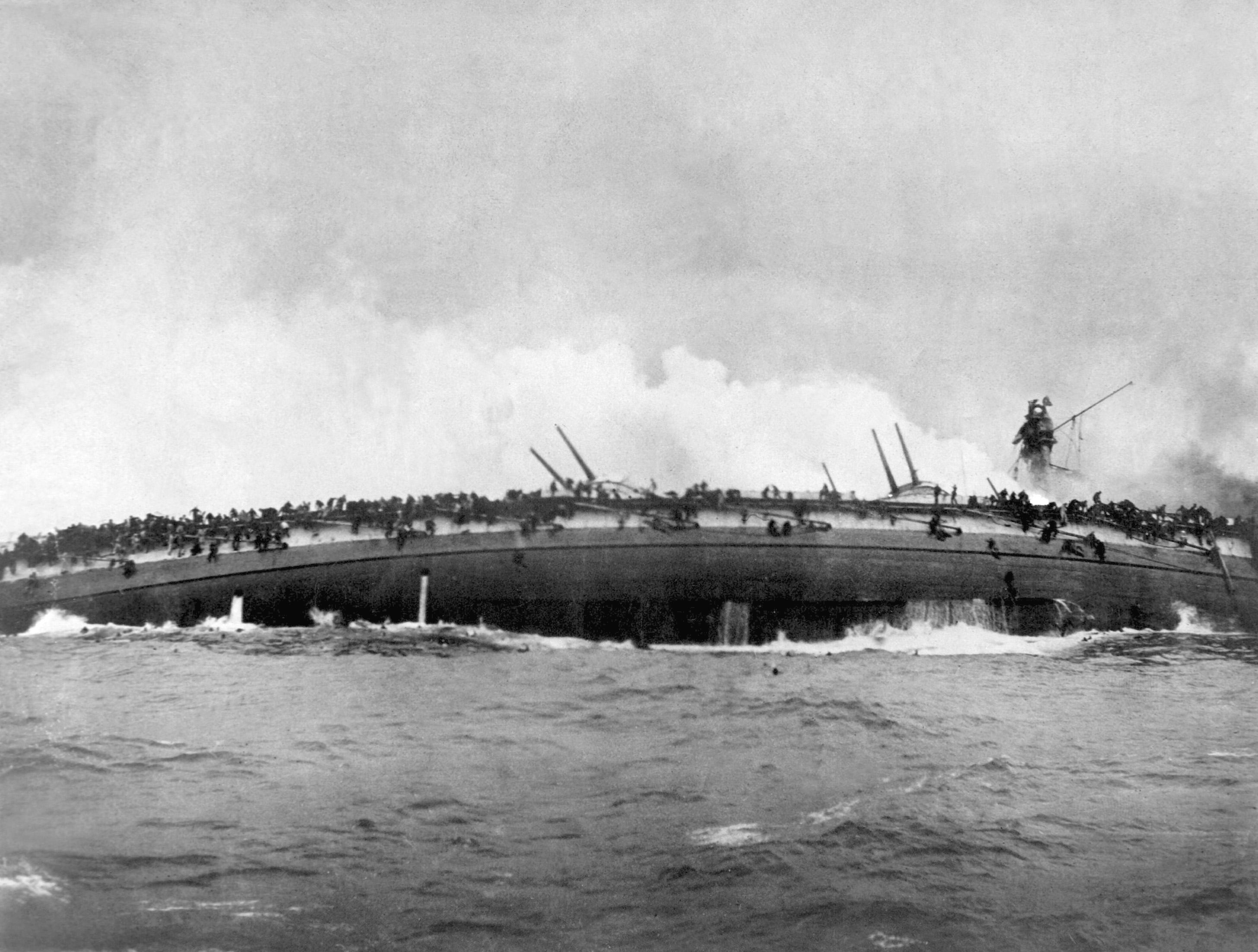 Untergang des deutschen Großen Kreuzers SMS Blücher im Gefecht auf der Doggerbank, die Besatzung versucht sich über die Schiffswände zu retten (berühmte Kriegsfotografie)