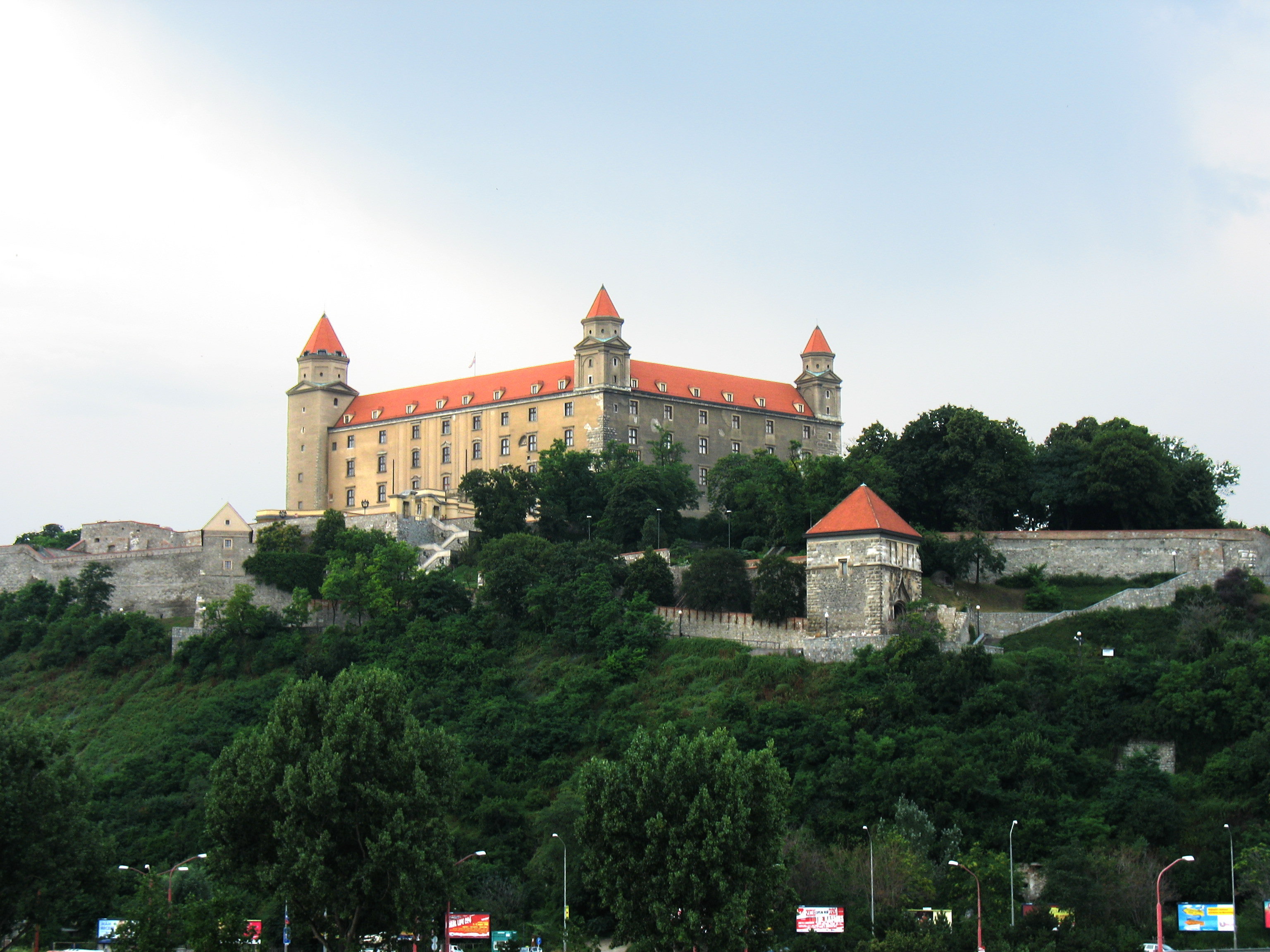 http://upload.wikimedia.org/wikipedia/commons/4/49/Bratislavsky_hrad.JPG
