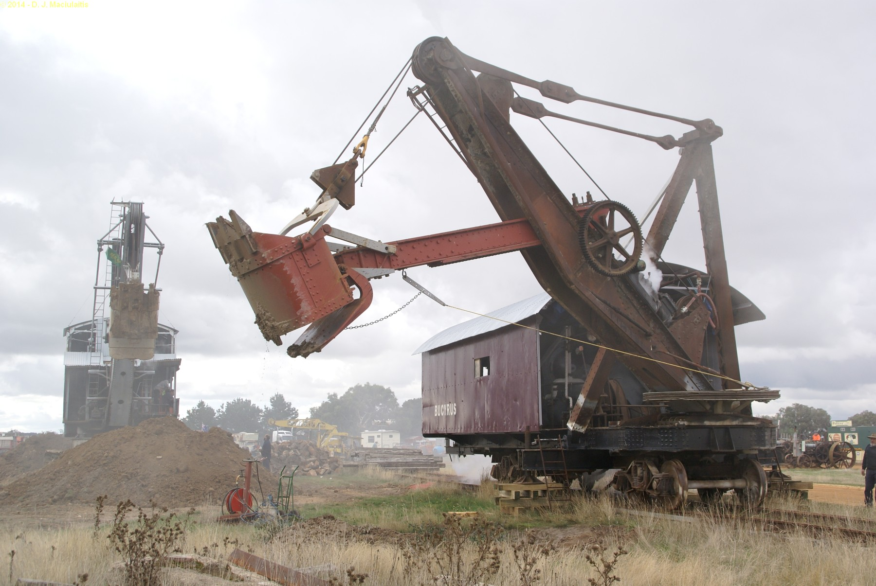 vecchie escavatrici a vapore le origini Bucyrus_Rail_Mounted_Steam_Shovel_Steams_up_at_the_103rd_Rally_-_Lake_Goldsmith_Rally_-_03_May_2014
