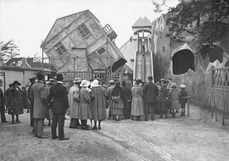 Drehbares Haus im Luna Park, Bundesarchiv, Bild 102-00075 / CC-BY-SA 3.0 [CC BY-SA 3.0 de (https://creativecommons.org/licenses/by-sa/3.0/de/deed.en)], via Wikimedia Commons