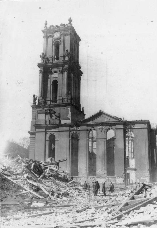 Die zerstörte Garnisonkirche kurz nach dem Luftangriff, Aufnahme aus dem Bundesarchiv