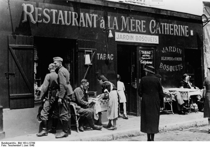 Bundesarchiv Bild 183-L12789, Paris, deutsche Soldaten vor einem Restaurant.jpg