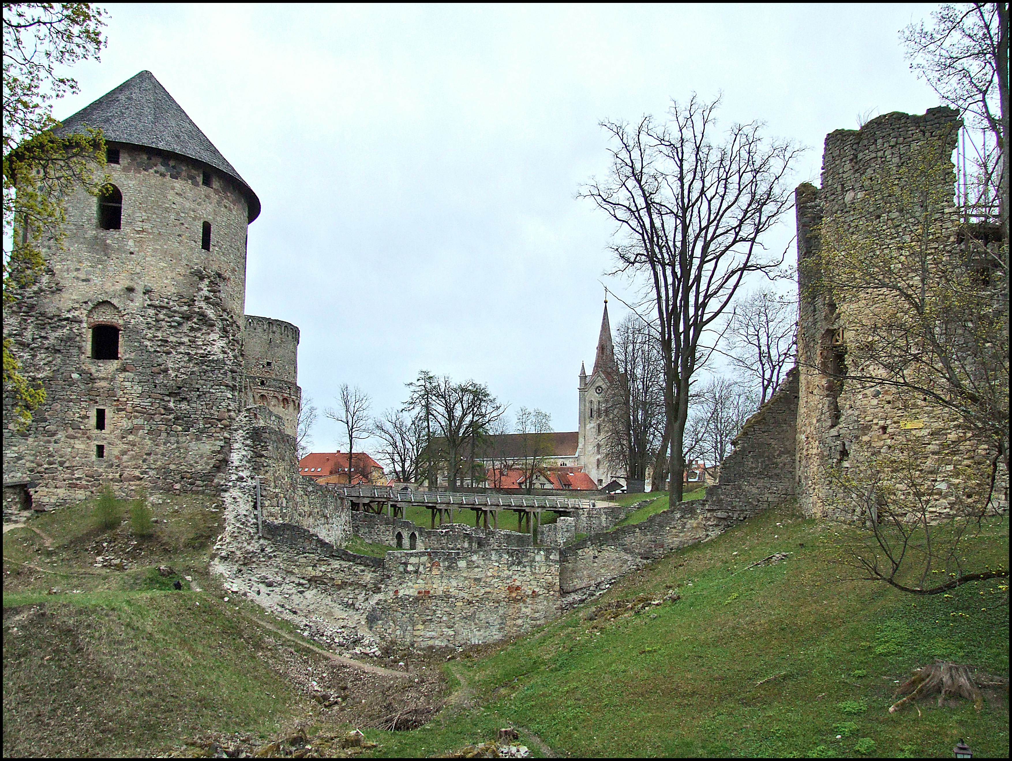 File:Cēsis old castle.jpg - Wikimedia Commons