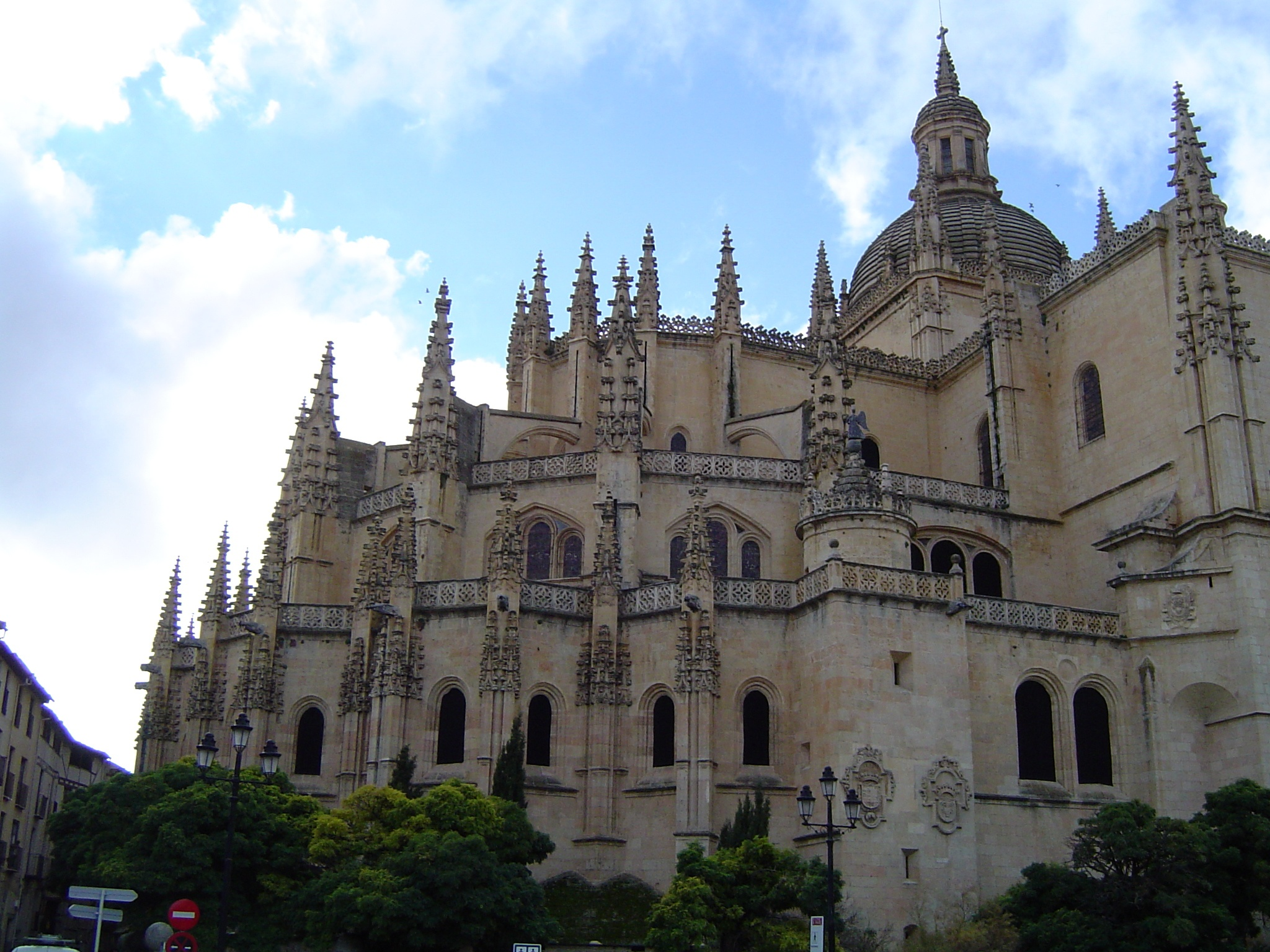 File:Catedral de Segovia during afternoon.jpg