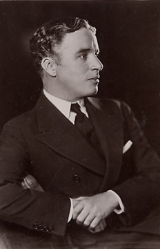 http://upload.wikimedia.org/wikipedia/commons/4/49/Charles-chaplin_1920.jpg?uselang=es