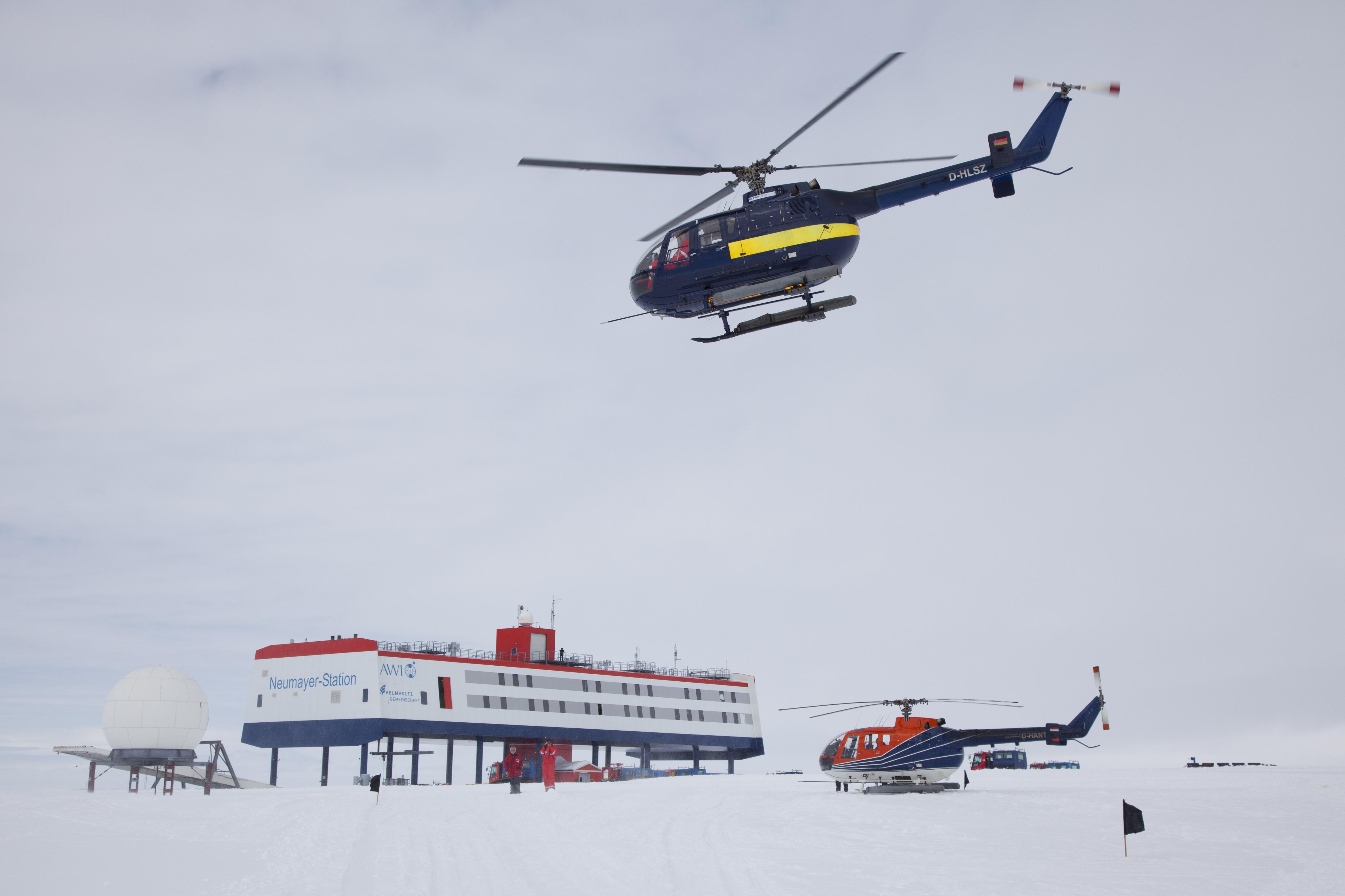 Der Helicopter der FS Polarstern bringt Gaeste vom Schiff zur Station.jpg