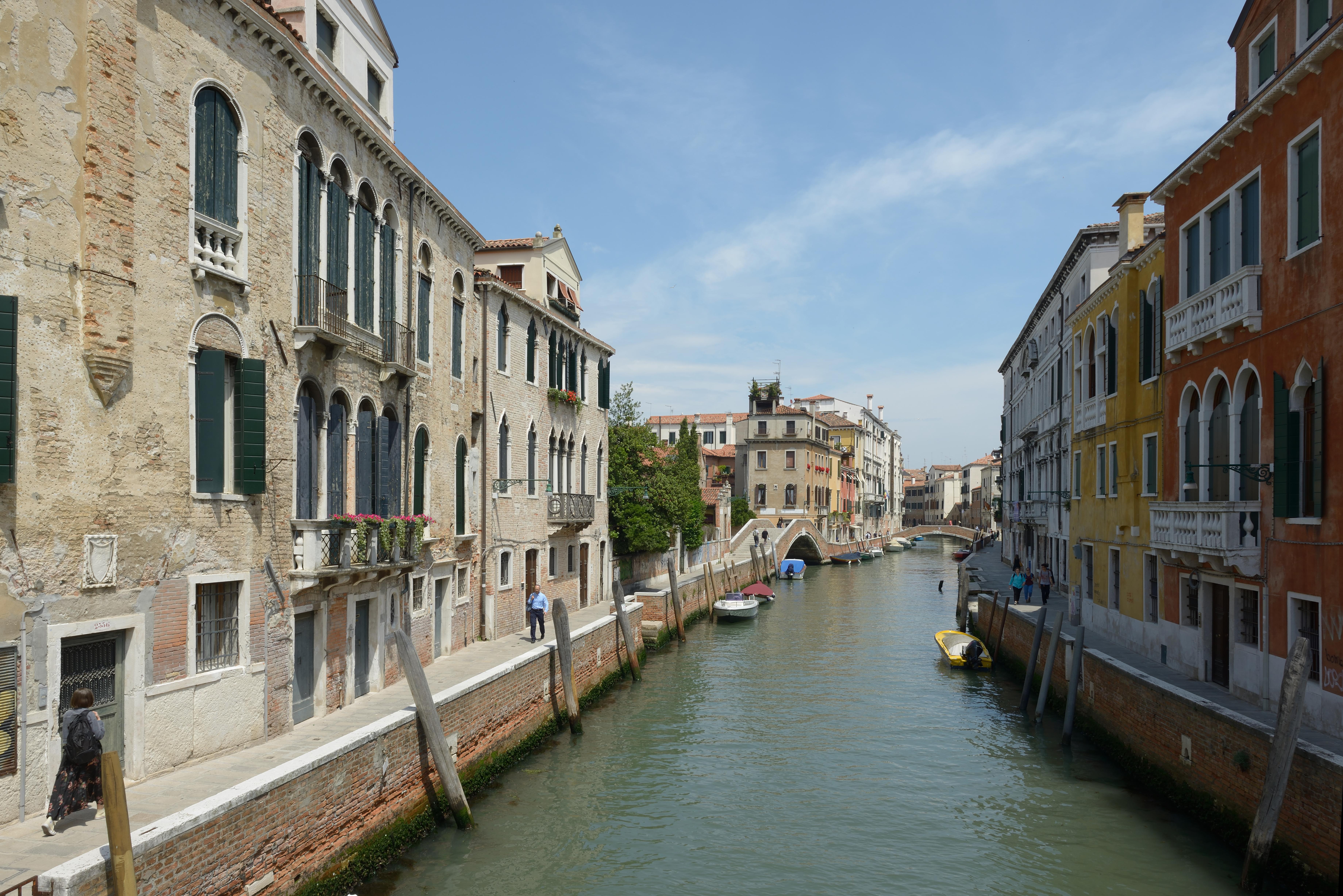 File:Dorsoduro Rio dei Carmini in Venice.jpg - Wikimedia Commons