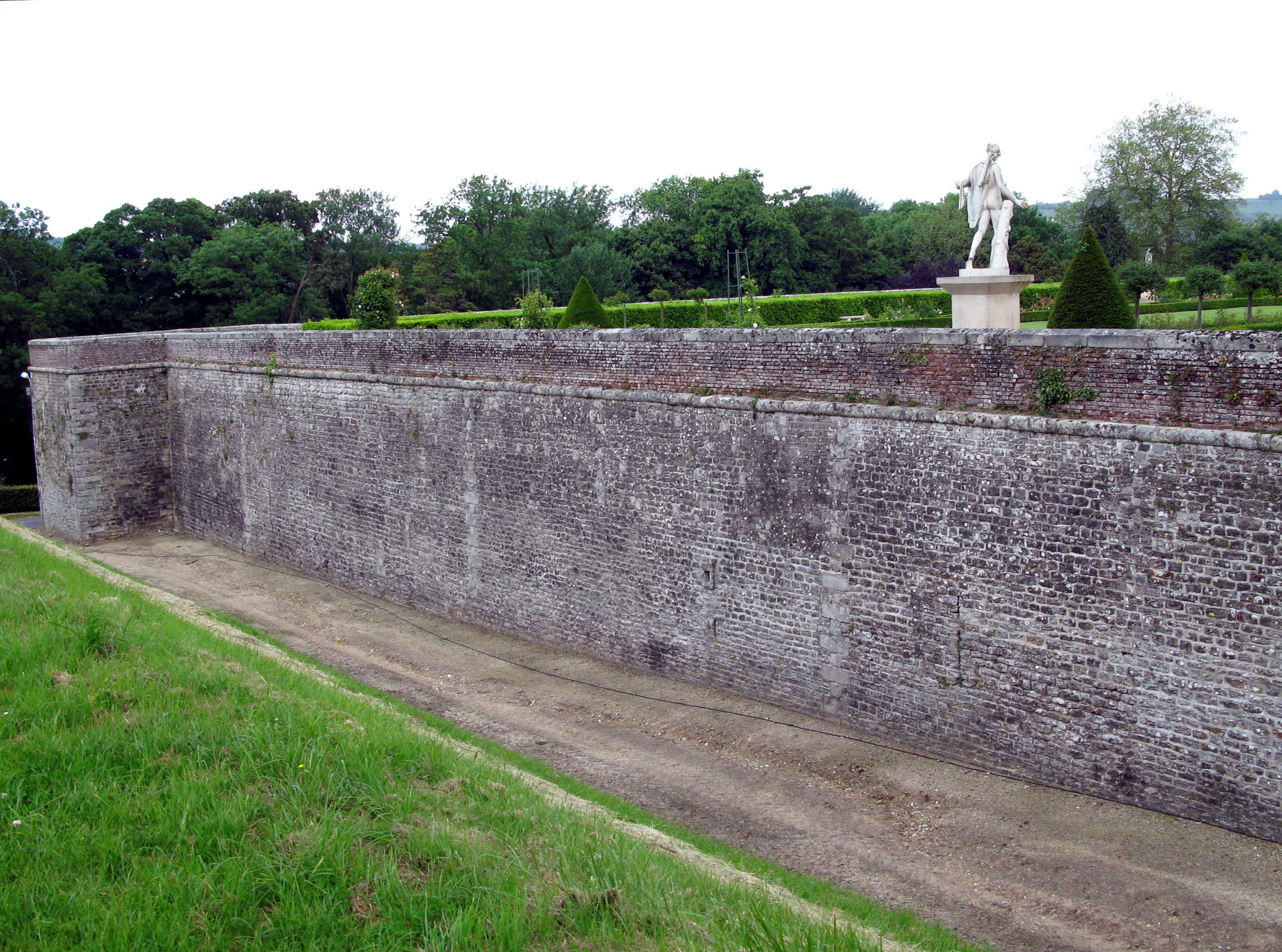 File eu ch teau foss et mur ouest du jardin for Mur de galets jardin