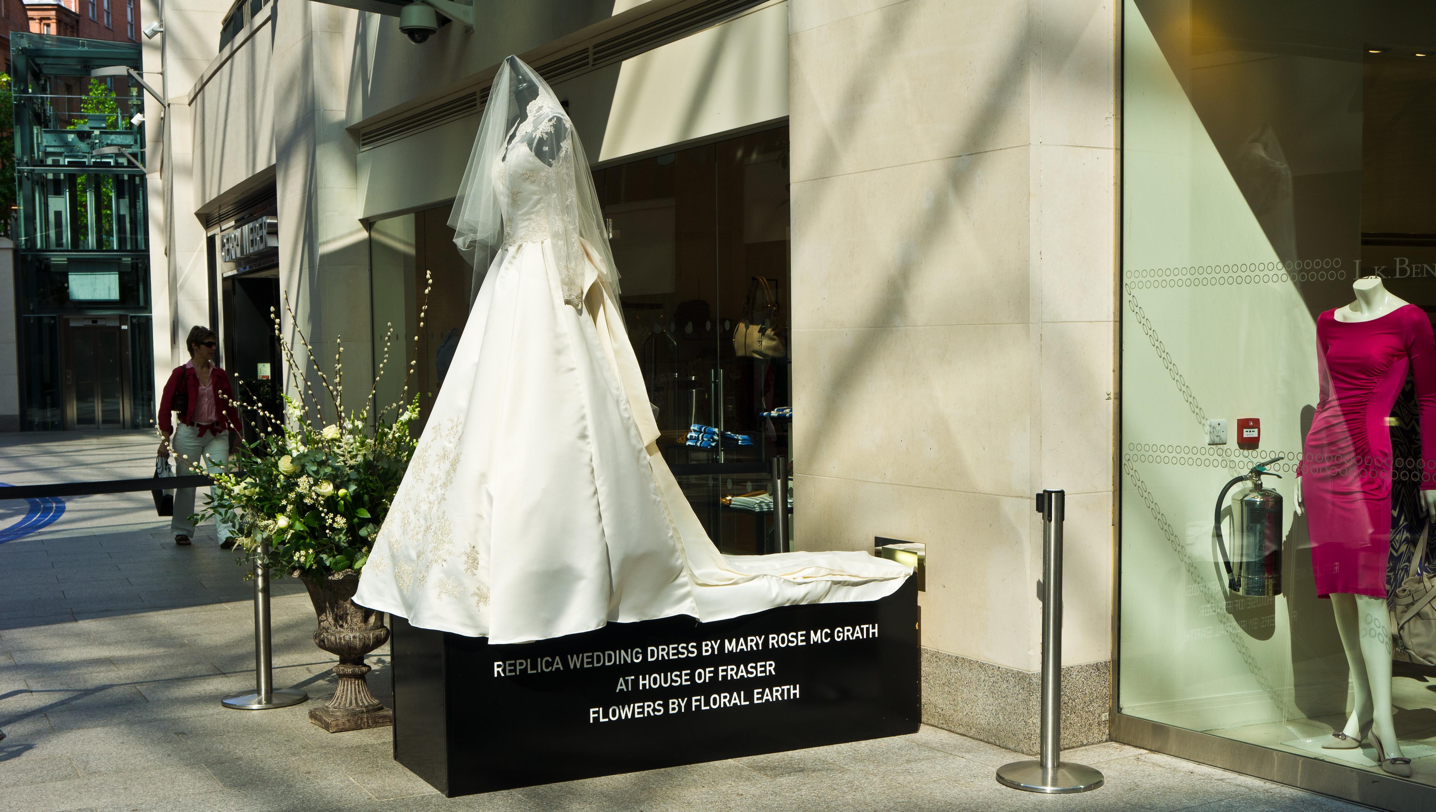 Princess Catherine Wedding Dress On Display: Kate middleton s ...