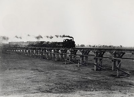 https://upload.wikimedia.org/wikipedia/commons/4/49/Luodong_Forest_Railway.jpg