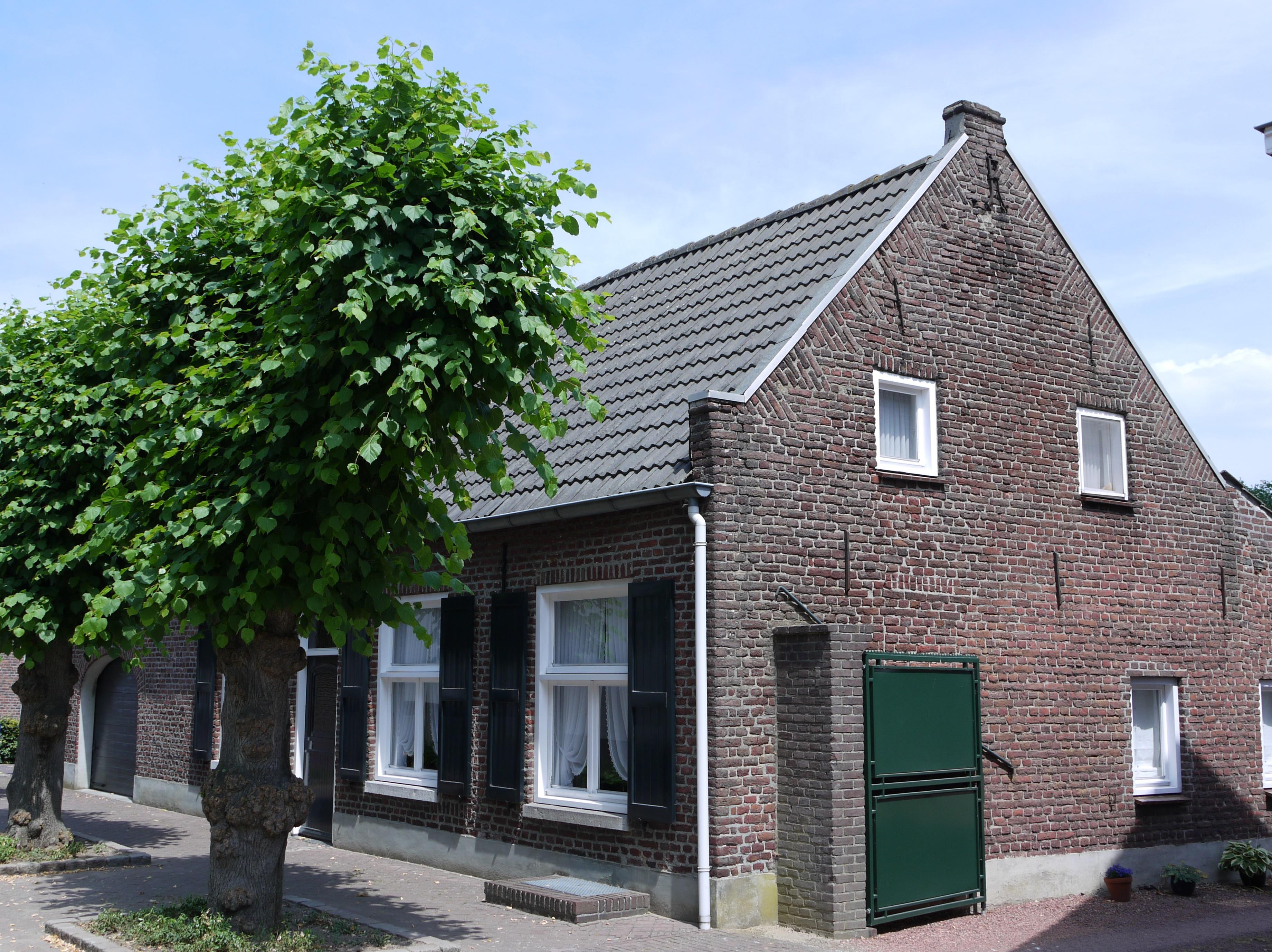 Huis onder een zadeldak tussen zijtopgevels met vlechtingen in lottum monument - Tussen huis ...