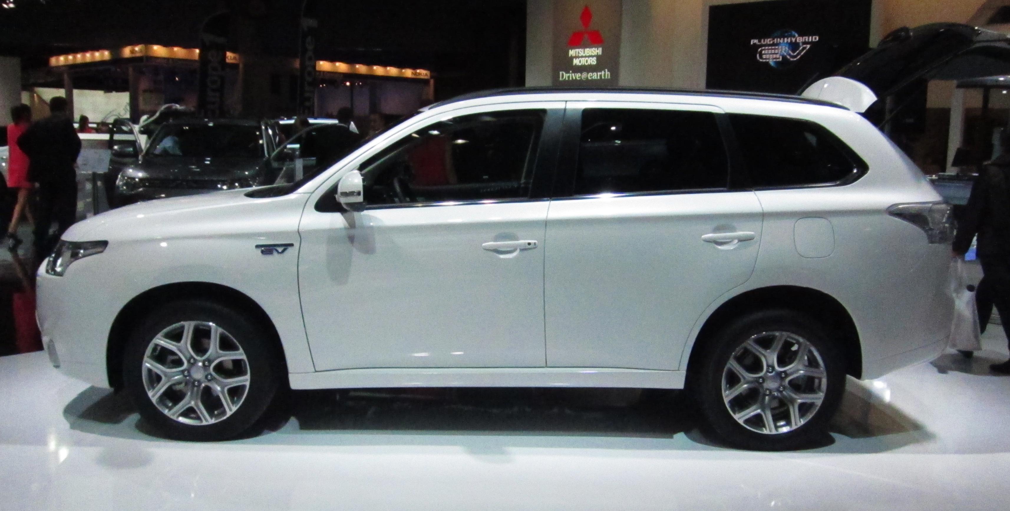 Mitsubishi_Outlander_PHEV_(side)_white.J