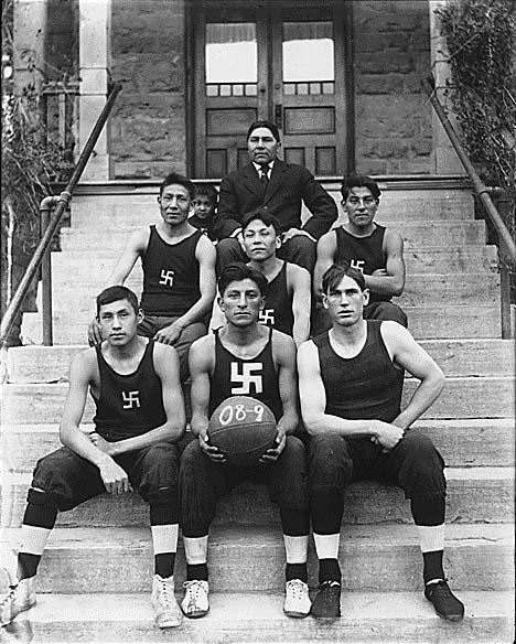 Soubor:Native American basketball team.jpg
